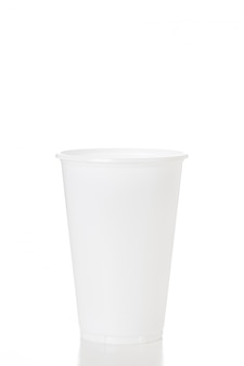 Copo plástico branco vazio isolado no tiro branco do fundo no estúdio.