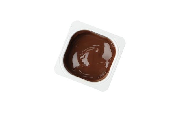 Copo plástico de iogurte isolado no branco
