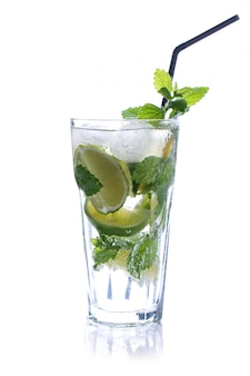 Copo refrescante da tradição mojito de bebida de verão com limão e hortelã isolado no branco