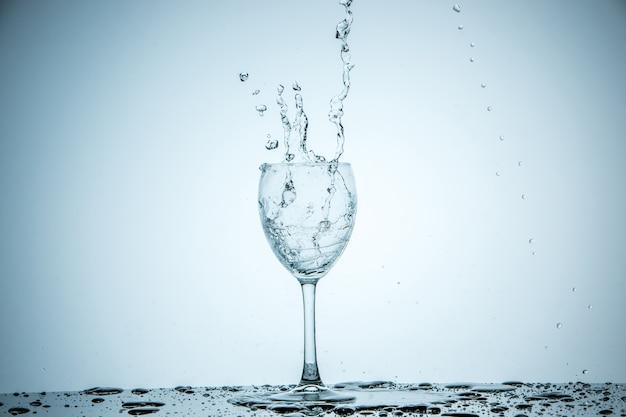Copo sendo enchido com água