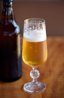 Copo suado de cerveja