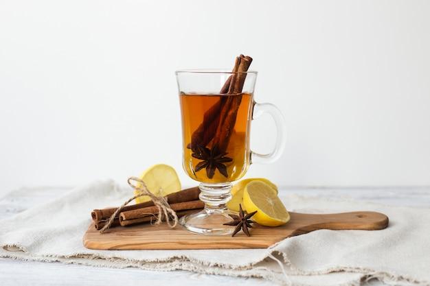 Copo transparente de chá com canela
