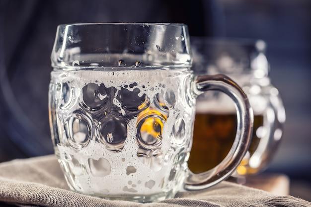 Copo vazio copo de cerveja vazio em um bar ou restaurante no balcão do bar