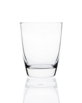 Copo vazio de vidro bebendo limpo isolado no espaço em branco. com traçado de recorte.