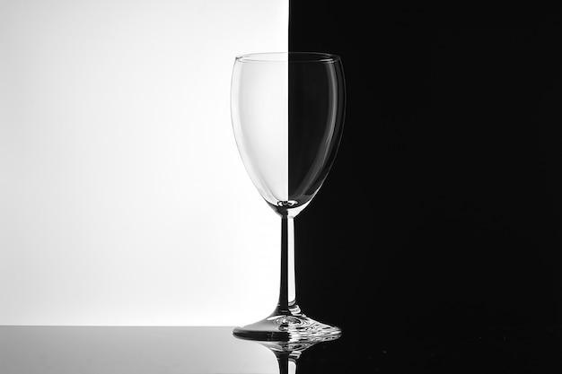 Copo vazio de vinho em close-up de fundo branco e preto.