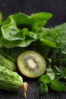 Copo vazio para smoothies feitos de vegetais verdes e espinafre