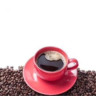 Copo vermelho café e grão de café isolado com traçado de recorte