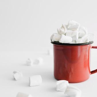 Copo vermelho cheio de marshmallows