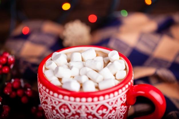 Copo vermelho com cacau e marshmallows, feriados de natal e ano novo