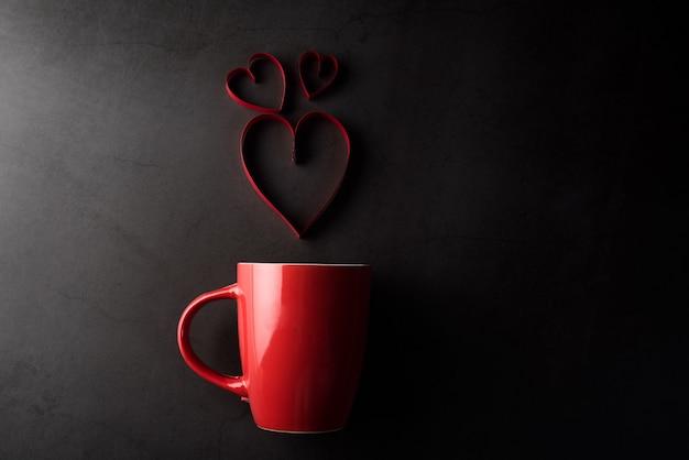 Copo vermelho com coração, conceito de dia dos namorados