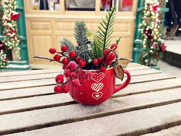 Copo vermelho de decoração de café de rua com corações em uma mesa de madeira congelada