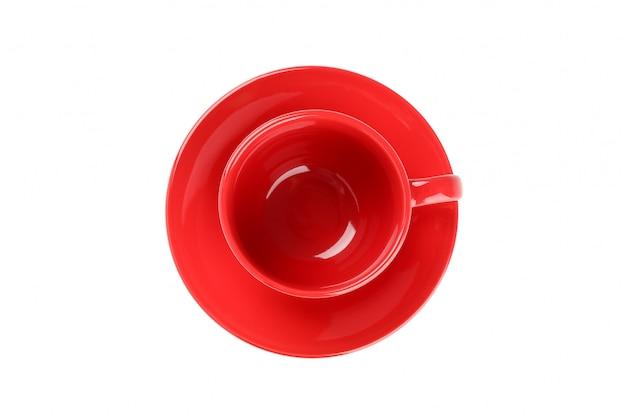 Copo vermelho e prato isolado no branco