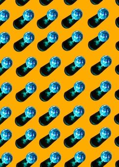 Copos azuis de líquido com sombra no fundo amarelo