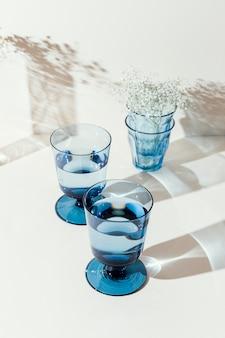 Copos com água na mesa