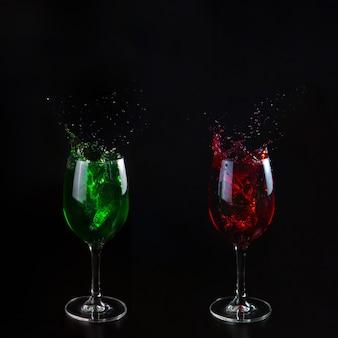 Copos com água vermelha e verde