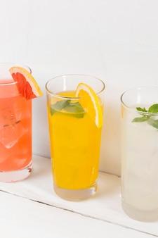 Copos com bebida cítrica