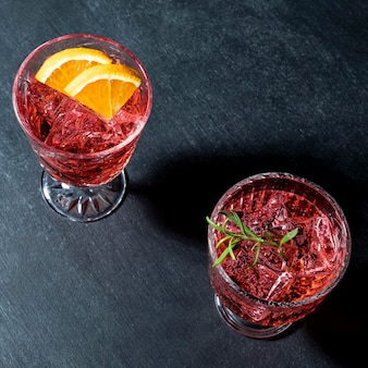 Copos com bebida de frutas