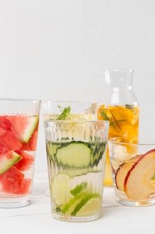 Copos com bebidas de frutas frescas