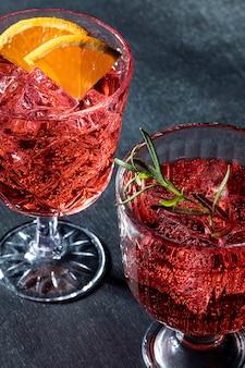 Copos com bebidas de frutas