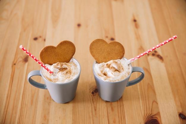 Copos com bebidas e biscoitos