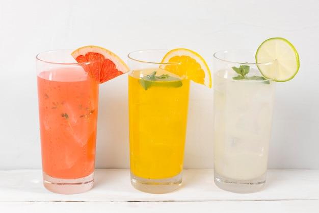 Copos com bebidas frutadas