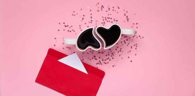 Copos com café em forma de coração com confete e carta, vista de cima