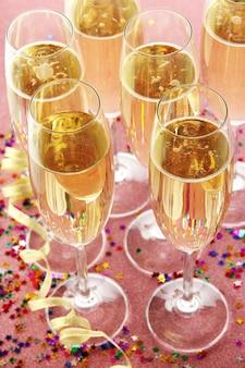 Copos com champanhe em fundo brilhante