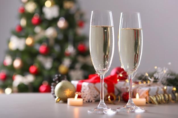 Copos com champanhe na mesa, feriado de ano novo