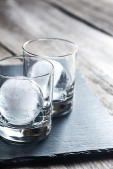 Copos com esferas de gelo