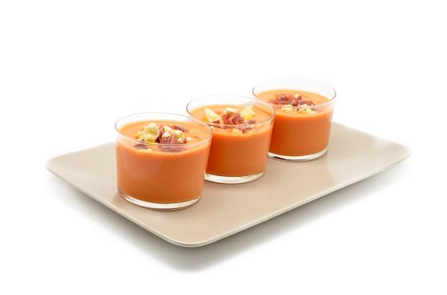 Copos com gaspacho de comida tradicional espanhola