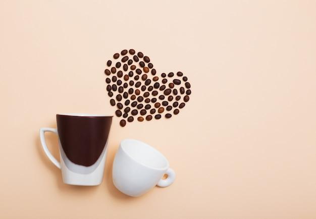 Copos com grãos de café em forma de coração