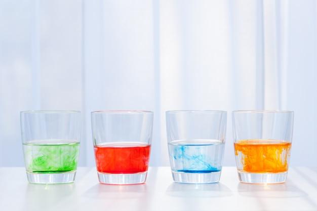 Copos com líquido colorido. experimentos químicos para crianças.