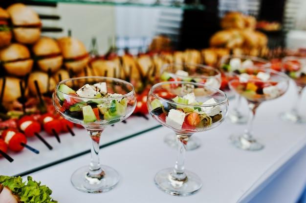 Copos com salada grega na recepção
