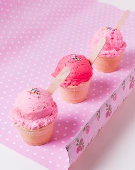 Copos com sorvete de frutas