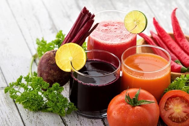 Copos com sucos de vegetais frescos