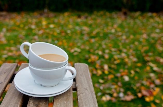 Copos com um café na mesa