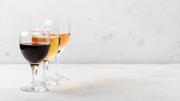 Copos com variedades de vinho na mesa