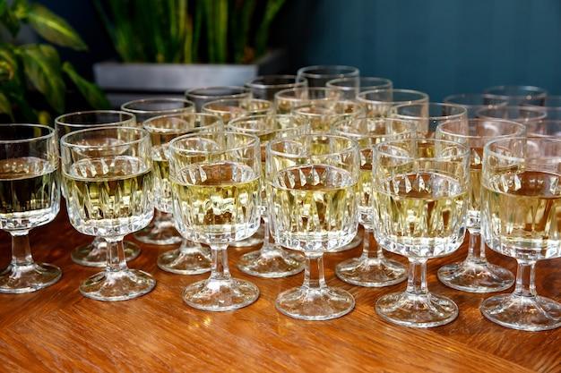 Copos com vinho na mesa de banquete