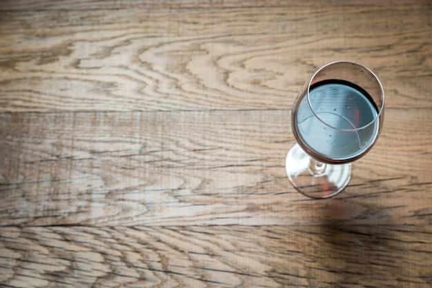 Copos com vinho tinto no fundo de madeira