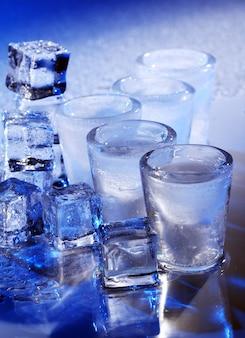 Copos congelados com bebida gelada de alochol