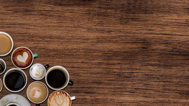 Copos cuffee em uma textura de madeira natural
