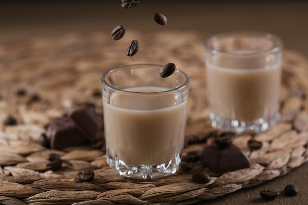 Copos curtos de licor de creme irlandês ou licor de café com chocolate e grãos de café. decorações de férias de inverno