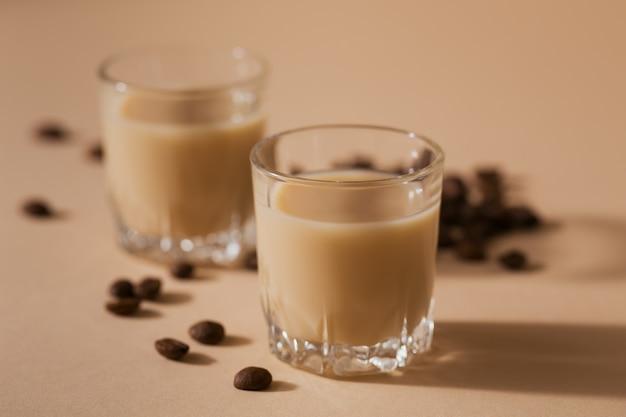 Copos curtos de licor de creme irlandês ou licor de café com grãos de café. decorações de férias de inverno