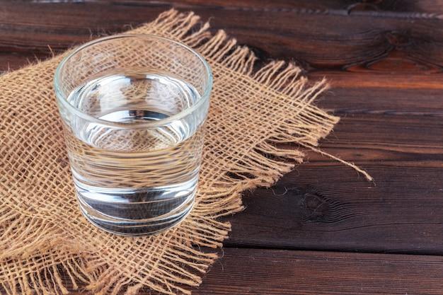 Copos de água em uma mesa de madeira.
