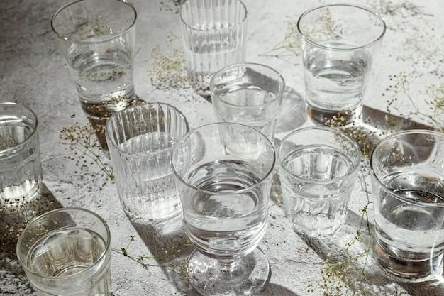 Copos de água na mesa