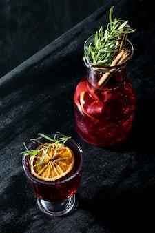 Copos de ângulo alto com drinks de frutas