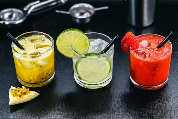 Copos de bebida brasileira, caipirinha, feita com frutas, açúcar e cachaça