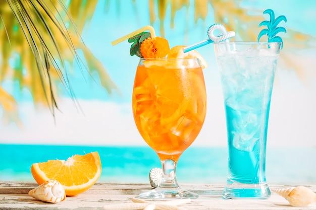 Copos de bebidas frescas, decoradas com frutas cítricas e fatias de laranja starfish