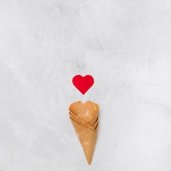 Copos de bolacha perto de coração de ornamento
