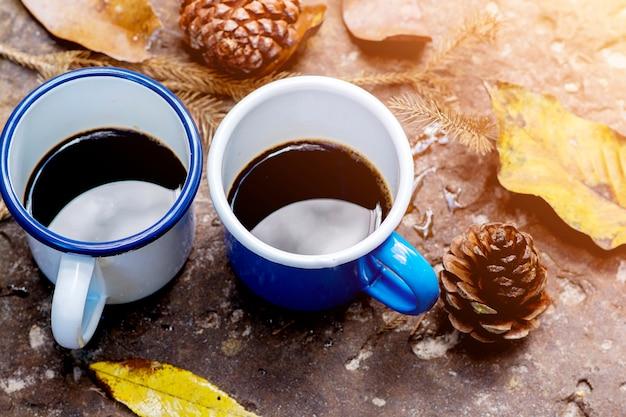 Copos de café azuis e brancos no chão